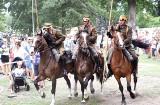 Drzonów. Podczas wielkiego święta w Lubuskim Muzeum Wojskowym nie zabrakło ułanów! Wojacy na koniach robią wrażenie [ZDJĘCIA]