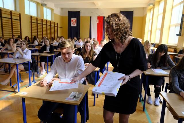 Matura rozpoczęła się dziś o godz. 9. Uczniowie piszą język polski. Na zdjęciu: egzamin w V LO w Toruniu.