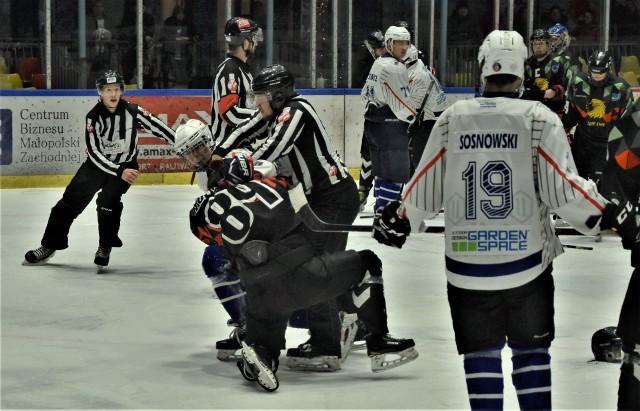 1. liga hokejowa: UKH Unia Oświęcim - MOSM Tychy 6:0. Na zdjęciu: Mateusz Filipowicz (UKH Unia) w pojedynku pięściarskim z Danielem Hołdowiczem (MOSM Tychy).