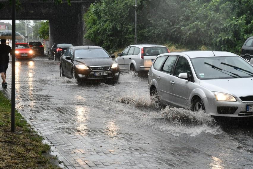 Ulewa w Kostrzynie zmieniła ulice w rwące potoki. Zalane...