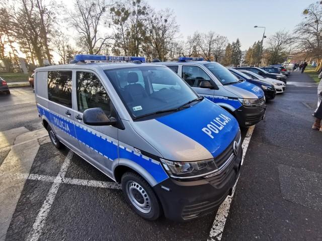 Na zdjęciu - Radiowozy pod toruńską komendą policji