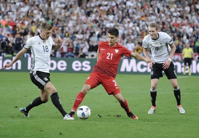 Bartosz Kapustka (w środku) w meczu Polska - Niemcy podczas ME 2016, rozegranym 16 czerwca 2016 roku w Paryżu