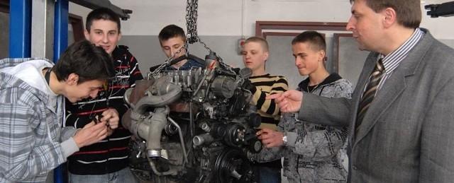 Od lewej: Ziemowit Pliszewski, Marcin Stanek, Paweł Woś, Adam Sobczyk, Bartłomiej Bem i Zbigniew Pinkowski, dyrektor ZSS. Młodzież będzie mogła uczyć się budowy silnika, który montowany jest samochodach Mercedesa.