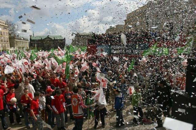 18 kwietnia 2007 r. Polska otrzymała wspólnie z Ukrainą prawo organizacji piłkarskiego Euro 2012. Decyzja ogłoszona przez ówczesnego szefa UEFA, Michela Platiniego, wywołała entuzjastyczne przyjęcie w kilku miastach kandydujących do goszczenia turnieju. W Poznaniu, który od początku miał mocną pozycję przetargową, świętowano decyzję UEFA na placu Wolności, a później także na stadionie przy Bułgarskiej. W fecie z udziałem głównie młodzieży wzięło udział ponad 2 tys. osób. O tym, że stolica Wielkopolski, obok Gdańska, Wrocławia i Warszawy, będzie gościć piłkarzy na Euro dowiedzieliśmy się jednak dopiero dwa lat później, w maju 2009 r., kiedy odrzucono kandydatury Chorzowa i Krakowa. Zobacz więcej zdjęć ---->