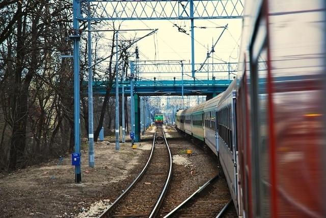 W wypadku w Zebrzydowicach nikt nie ucierpiał. Trwa akcja podnoszenia wykolejonego pociągu.