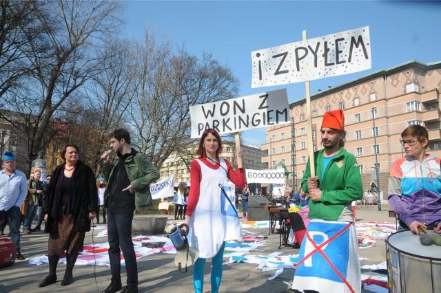 Grupa krasnoludków manifestowała w sobotę swój sprzeciw wobec budowy parkingu na pl. Inwalidów.