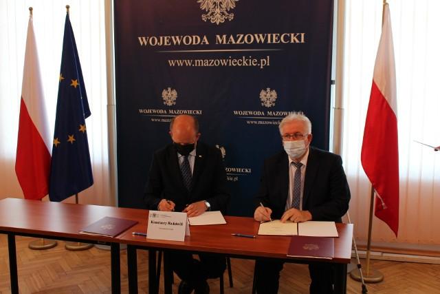 Umowa podpisana została w radomskiej delegaturze Mazowieckiego Urzędu Wojewódzkiego. Od lewej: wojewoda Konstanty Radziwiłł i starosta Stefan Bernaciak.