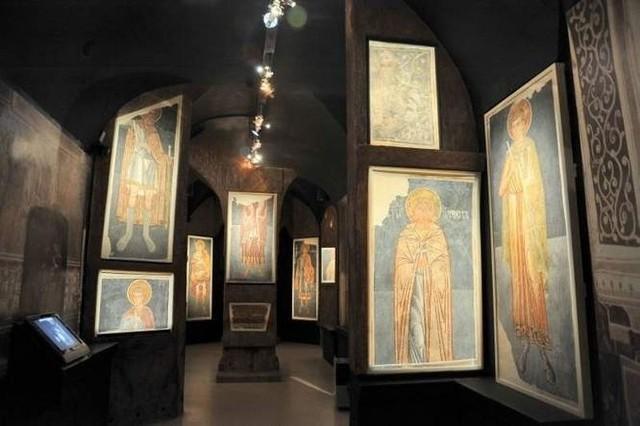 Oryginalne freski, które pozostały w ruinach wysadzonej cerkwi, eksponuje Muzeum Ikon w Supraślu