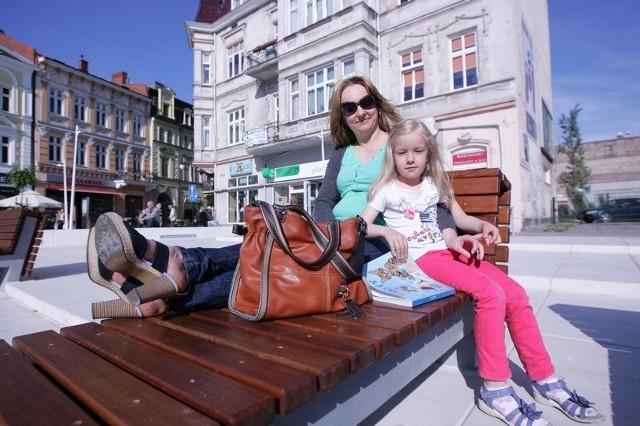 Pani Małgorzata Nadolska i jej córka Oliwia lubią korzystać z promieni słonecznych na wygodnych, leżakowych ławkach.