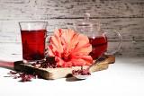 Hibiskus – właściwości i zastosowanie kwiatów ketmii. Jakie odmiany są jadalne? Jak działa herbata z hibiskusa i jak ją parzyć?