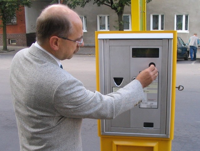 """Jeden z trzech automatów z biletami autobusowymi stanął na przystanku przy ul. Wojska Polskiego, naprzeciwko redakcji """"Głosu Szczecińskiego""""."""