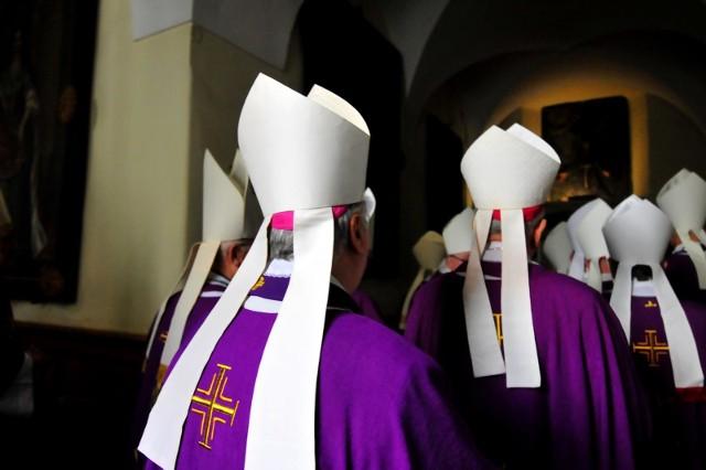 Księża i duchowni mogą liczyć na podwójną waloryzację rent i emerytur. Płacą także mniejsze podatki