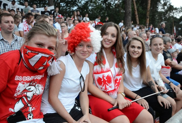Na meczach reprezentacji Polski strefa wypełniała się do ostatnich miejsc. Wielu kibiców przywdziewało biało-czerwone barwy.