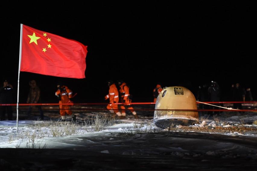 Pekin: chińska sonda badawcza z powodzeniem powróciła z Księżyca. Przywiozła kilka kilogramów skał (VIDEO)
