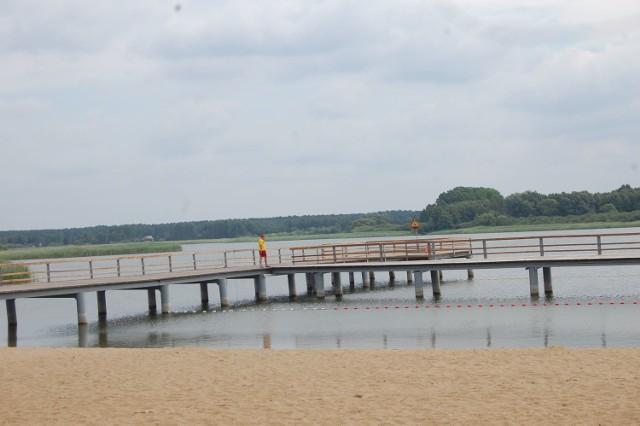 Badanie próbek wody z Jeziora Jezuickiego w Chmielnikach pozwoliło odwołać dziś zakaz kąpieli przez służby sanitarne