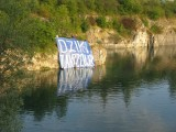 Kraków. Wielki baner na skałach nad wodą na Zakrzówku! Akt nieposłuszeństwa obywatelskiego