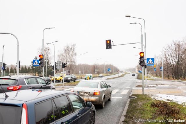 Na przejściu dla pieszych przez ulicę Czarnieckiego jest już sygnalizacja świetlna.
