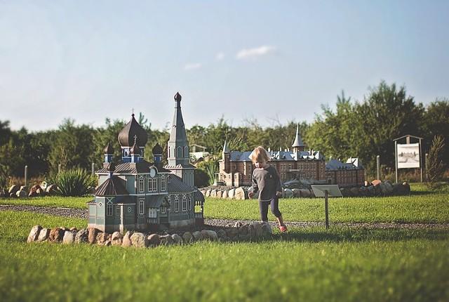 Odwiedzający park miniatur zwracają uwagę na pięknie odwzorowane makiety z dbałością o detale