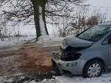 Poważny wypadek pod Grucznem. Samochód uderzył w drzewo. Jedna osoba w szpitalu