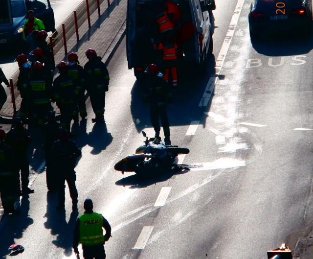 Do wypadku doszło w niedzielę przed godz. 14. Na ul. Sienkiewicza motocyklista zderzył się z samochodem osobowym.