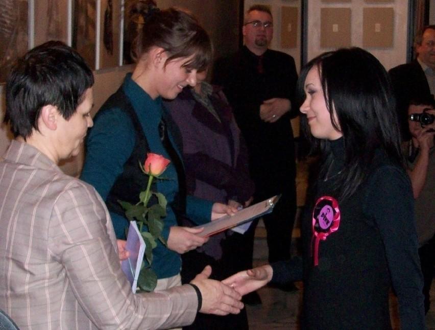 Organizatorzy wręczyli im róże wszystkim absolwentom, którzy...