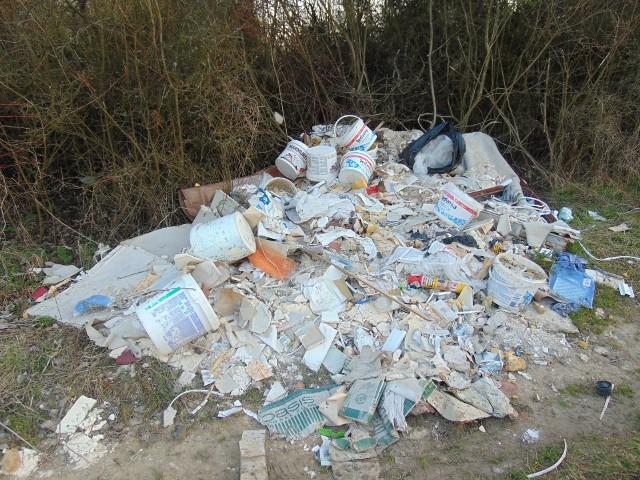 Dzikie wysypisko śmieci na szlaku św. Jakuba Via Regia w Siemoni w gminie Bobrowniki Zobacz kolejne zdjęcia/plansze. Przesuwaj zdjęcia w prawo - naciśnij strzałkę lub przycisk NASTĘPNE