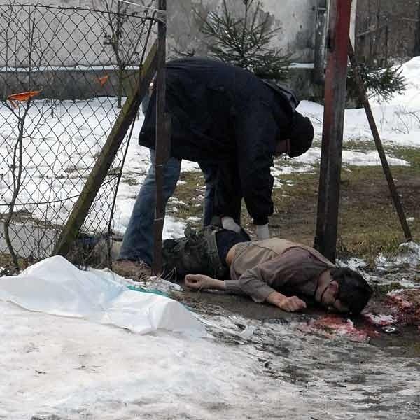 Łukasz S. leżał w bramie domu. Na pomoc było za późno.