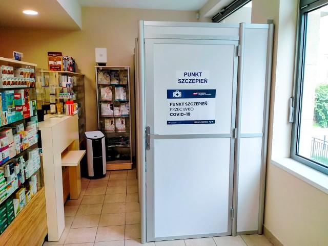 Boks do szczepień pacjentów w Aptece przy ul. Przyjaźni. Póki co w aptekach zaszczepimy się preparatem Johnson&Johnson, dlatego oferta jest skierowana do osób 18+.