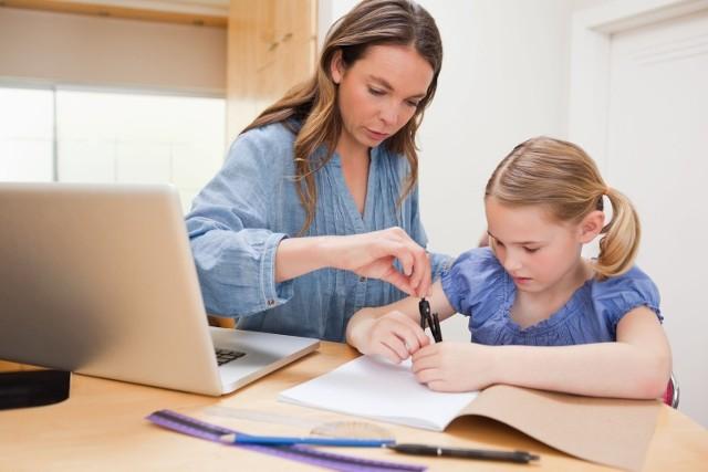 Dzieci uczone w domu realizują ten sam program, który obowiązuje w tradycyjnej szkole