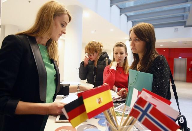 Targi skierowane były przede wszystkim do cudzoziemców i 4,3 tys. studentów Wydziału Filologicznego UŁ