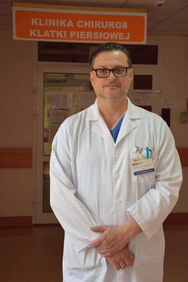 Profesor Paweł Rybojad, torakochirurg, kierownik Kliniki Chirurgii Klatki Piersiowej zachęca do badania tomografii, bo rak płuc nie daje żadnych objawów, nic nie boli, chory nie problemów z oddychanie, a guz rośnie.