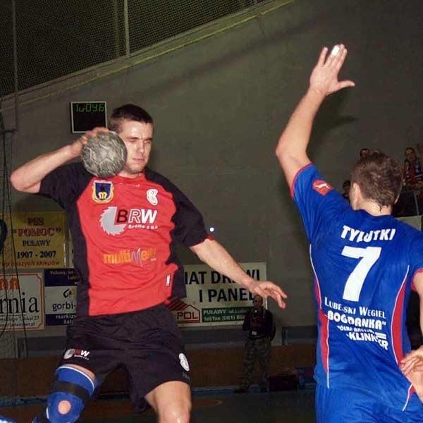 Mielczanom, a wśród nich Tomaszowi Mochockiemu (przy piłce) w meczu w Puławach do zwycięstwa zabrakło odrobiny szczęścia.