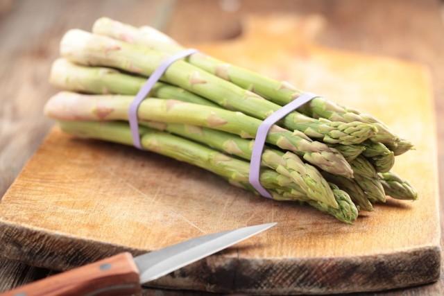 Szparagi w stu gramach zawierają zaledwie 18 kalorii. Mają działanie odmładzające, ale też są doskonałym... afrodyzjakiem.