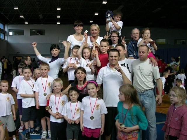 Dzieci były bardzo dumne z medali.