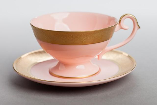 Nasze Dobre Świętokrzyskie 2015. Prezentacja produktów i usług Filiżanki z różowej  porcelany Wykonane przez Fabrykę Porcelany AS Ćmielów według oryginalnej, przedwojennej receptury Bronisława Kryńskiego filiżanki z różowej porcelany to produkt wyjątkowy. Produkcja różowej porcelany jest bowiem skomplikowanym technologicznie procesem wytwarzania opartym na wykorzystaniu 11 surowców. Przy produkcji tych filiżanek wykorzystywane są specjalne pudry i barwniki na bazie naturalnego złota.