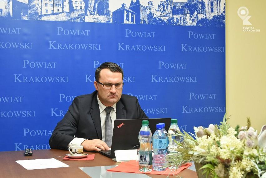 Starosta Krakowski Wojciech Pałka przewodniczył przewodnicząc Powiatowemu Zespołowi Zarządzania Kryzysowego zaznaczył, że obok zakażonych pracowników DPS, obecność wirusa potwierdzono także u trzech pracowników starostwa