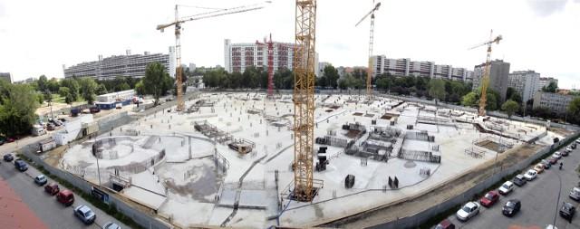 Dwanaście lat temu, w kwietniu 2008 roku, rozpoczęła się we Wrocławiu budowa Sky Tower - pierwszego i jak dotąd jedynego w mieście drapacza chmur. Trwała pięć lat. Dziś Sky Tower to wizytówka Wrocławia. Pamiętacie jak powstawał? Zobaczcie nasze archiwalne zdjęcia!
