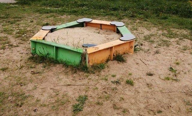 Plac zabaw w Taczowie swym wyglądem nie zachęca dzieci, ale wójt gminy Zakrzew obiecuje, że gdy będzie już zgoda na otwarcie obiektów, zostaną one należycie przygotowane.