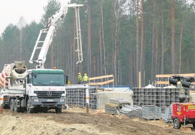To odcinek Wiśniewo - Mężenin, kilometr od obwodnicy Zambrowa. Powstaje tu obiekt, który umożliwi zwierzętom przejście górą nad S8.