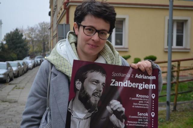 Lila Kalinowska z plakatem zapowiadającym spotkanie