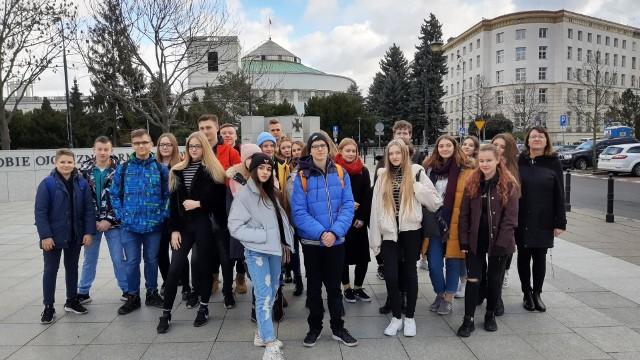 Uczniowie I klasy IV Liceum Ogólnokształcącego w Łowiczu w ramach szkolnej zwiedzali Parlament RP oraz siedzibę Telewizji Polskiej w Warszawie