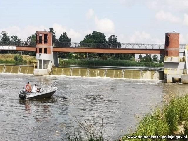 Pijany mężczyzna wyszedł za barierki ochronne kładki nad jazem i najwyraźniej postanowił skoczyć do rzeki