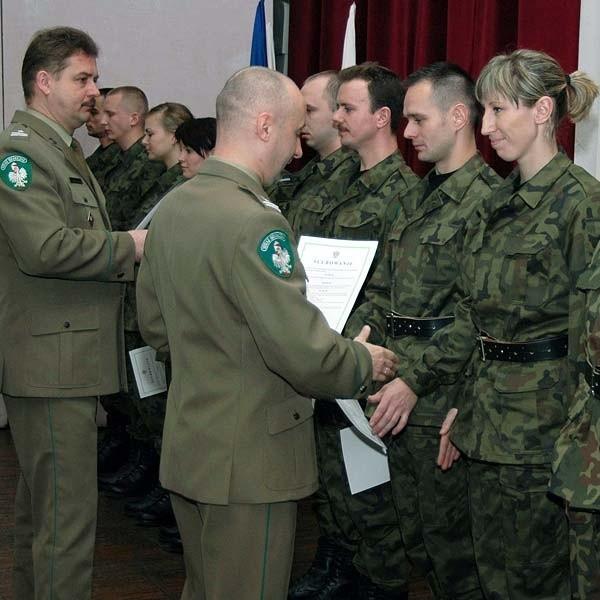 Gratulacje nowym strażnikom składa płk Józef Ostapkowicz, komendant BOSG.