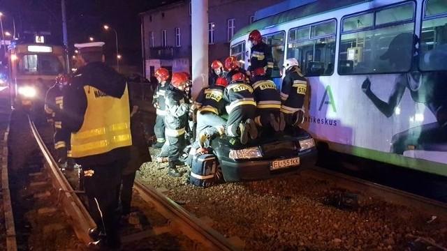 Zderzenie tramwaju z samochodem osobowym na Zgierskiej. 9-letnia dziewczynka uwięziona w pojeździe.