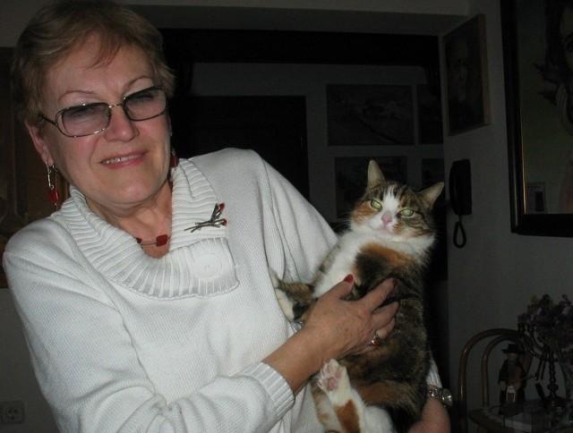 Halina Kulesza w domu ma kotkę Mikę. Także przybłędę. Urodziła się na balkonie jej domku w Radzyniu.