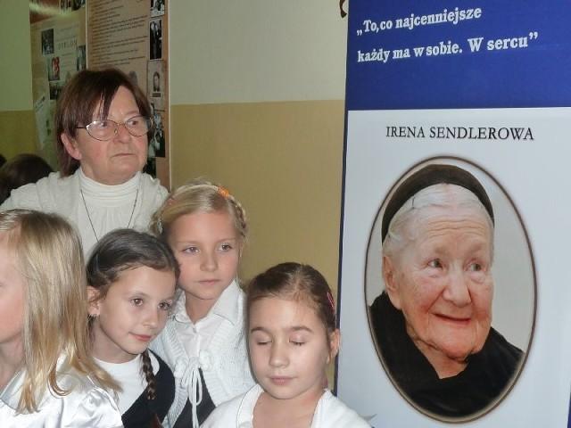 Janina Zgrzembska przy tablicy pamiątkowej poświęconej jej matce Irenie Sendler, szkoła numer 19 w Kielcach otrzymała jej imię. Córka Ireny Sendler, obok portretu swojej słynnej matki, razem z uczniami kieleckiej szkoły.