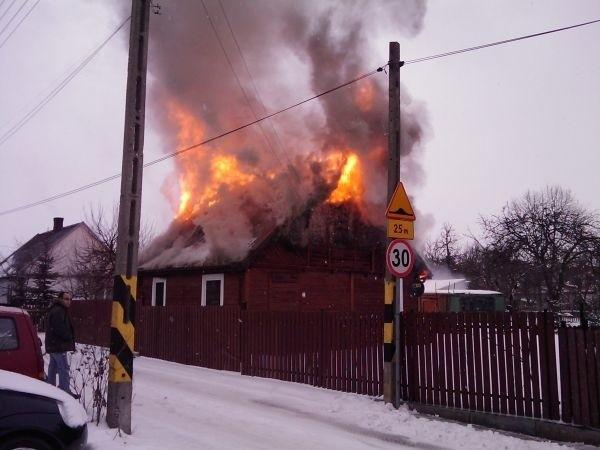 Zdjęcie płonącego domu przy ulicy Kołodziejskiej przesłał nam Internauta.