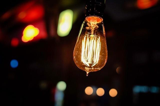 """Nowe etykiety energetyczne zobaczymy na lampach i nowoczesnych źródłach światła. Będą miały oznaczenia klas energetycznych od A do G, już bez charakterystycznych """"plusów"""""""