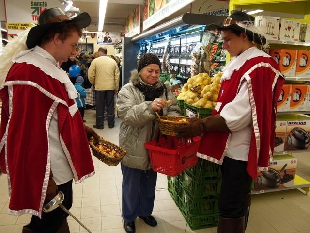 Mężczyźni przebrani za muszkieterów mieli koszyczki z cukierkami, którymi częstowali klientów.