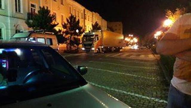 Na profilu Spotted: Ostrołęka 24h na Facebooku internauta opublikował zdjęcie tira na litewskich numerach rejestracyjnych, który postanowił przejechać przez most im. Madalińskiego i Plac Bema. Zatrzymała go policja